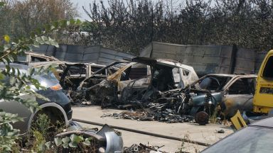 Голям пожар до автокъщи гасиха във Варна