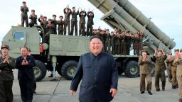 Ким Чен-ун наблюдава изпитанията  на нова ракетна система