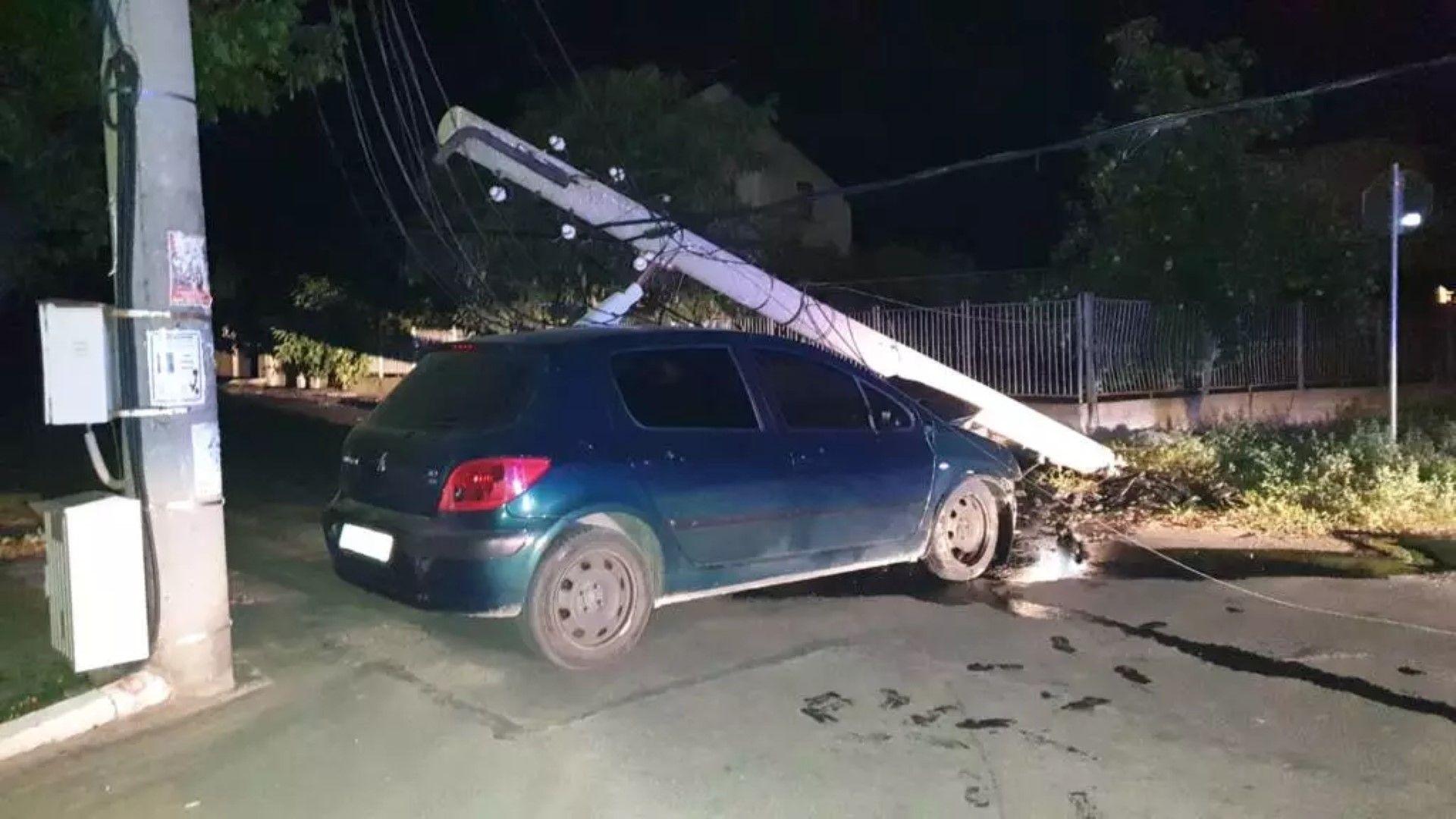 Автомобил се удари в ел. стълб на входа на град