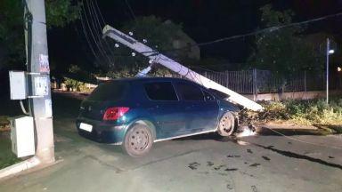 Кола се заби в ел. стълб, остави половин Крън без ток