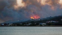 Десетки пожари избухнаха в Гърция, задимиха популярни туристически райони