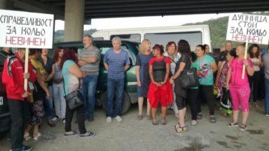 """Работниците от сметището под АМ """"Струма"""" на протест: Кольо е невинен!"""