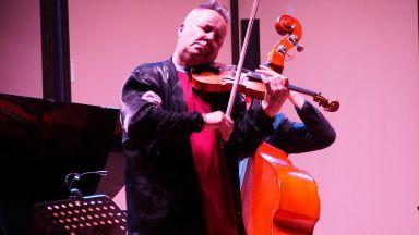 Найджъл Кенеди пътува с кола за концерта в Пловдив