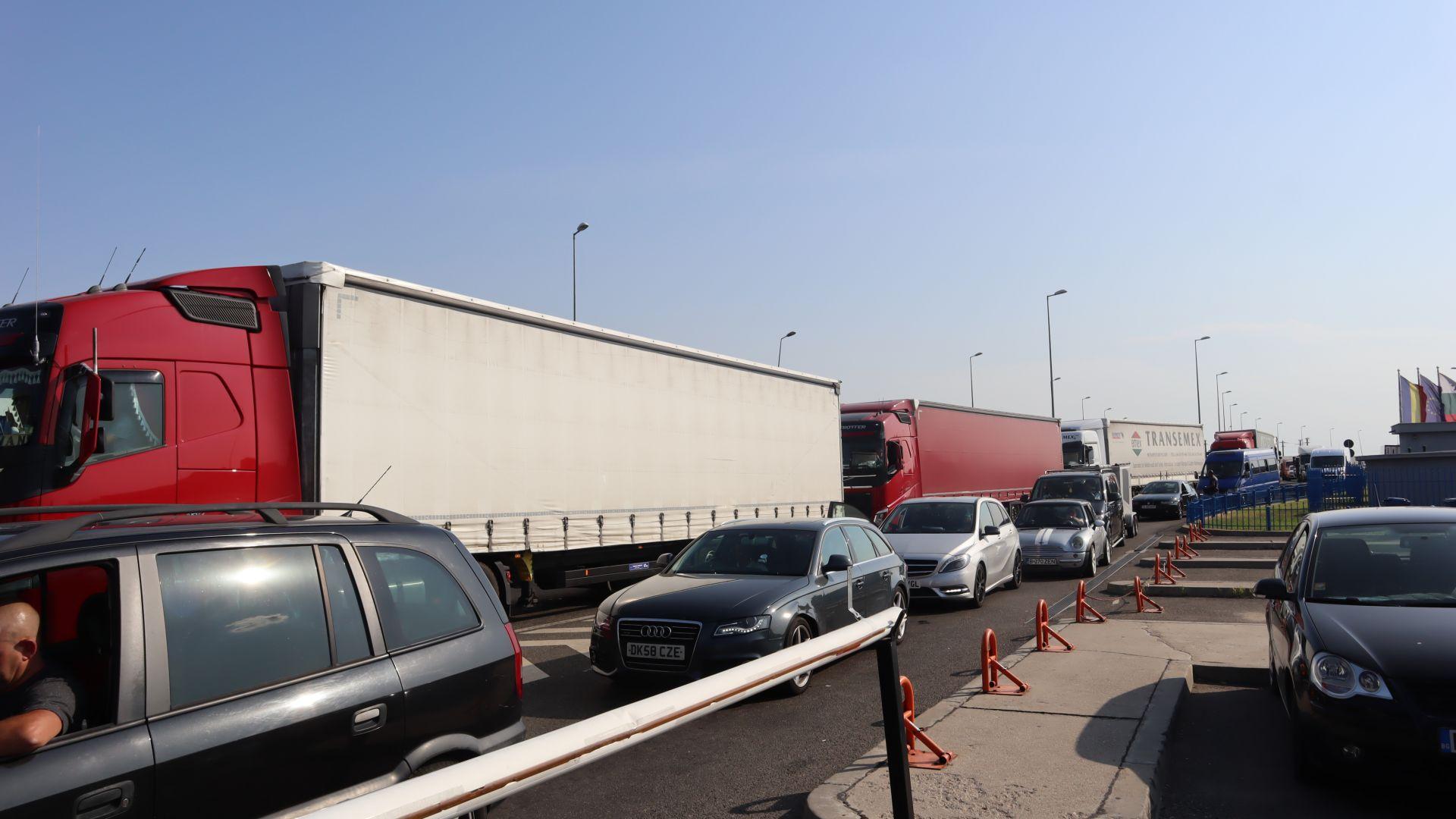 """7-километрова колона от тирове на """"Дунав мост 2"""" при 40-градусова жега"""