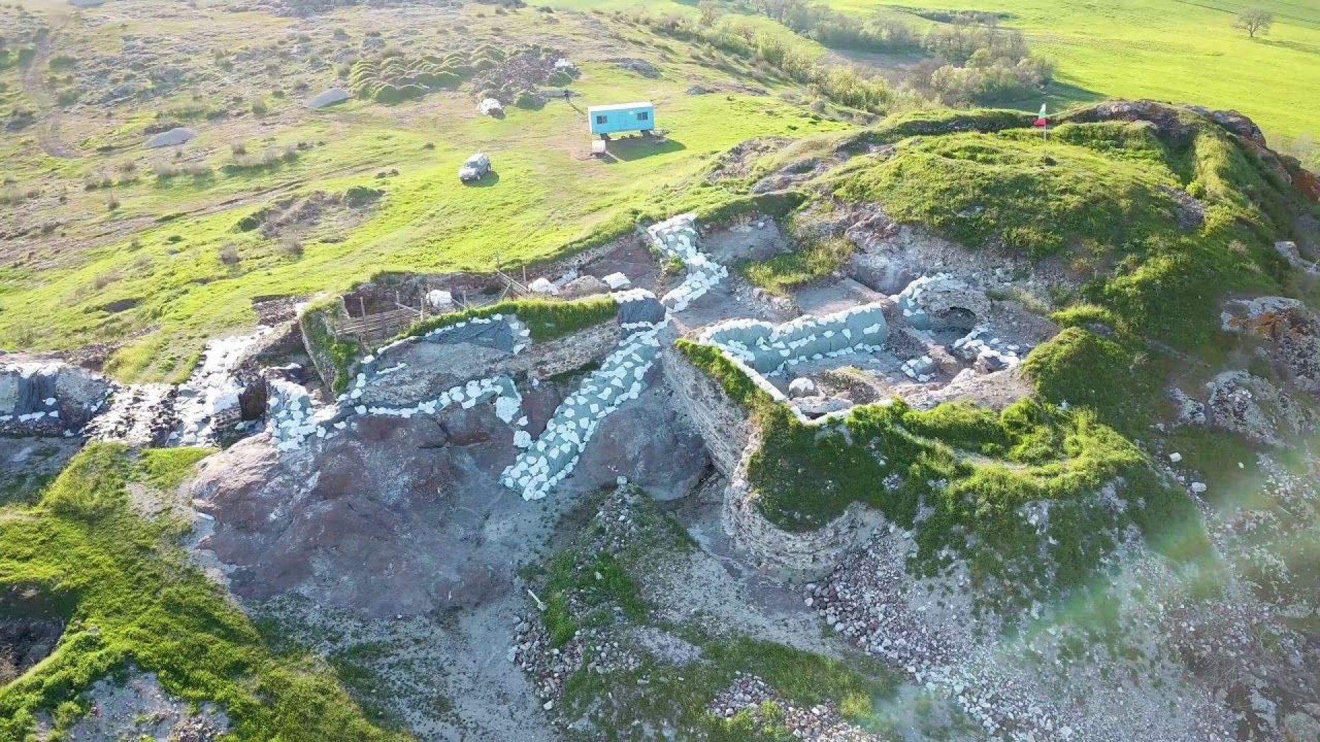 """В крепостта """"Русокастро"""" археолози са открили огромна кула от 13-и век"""