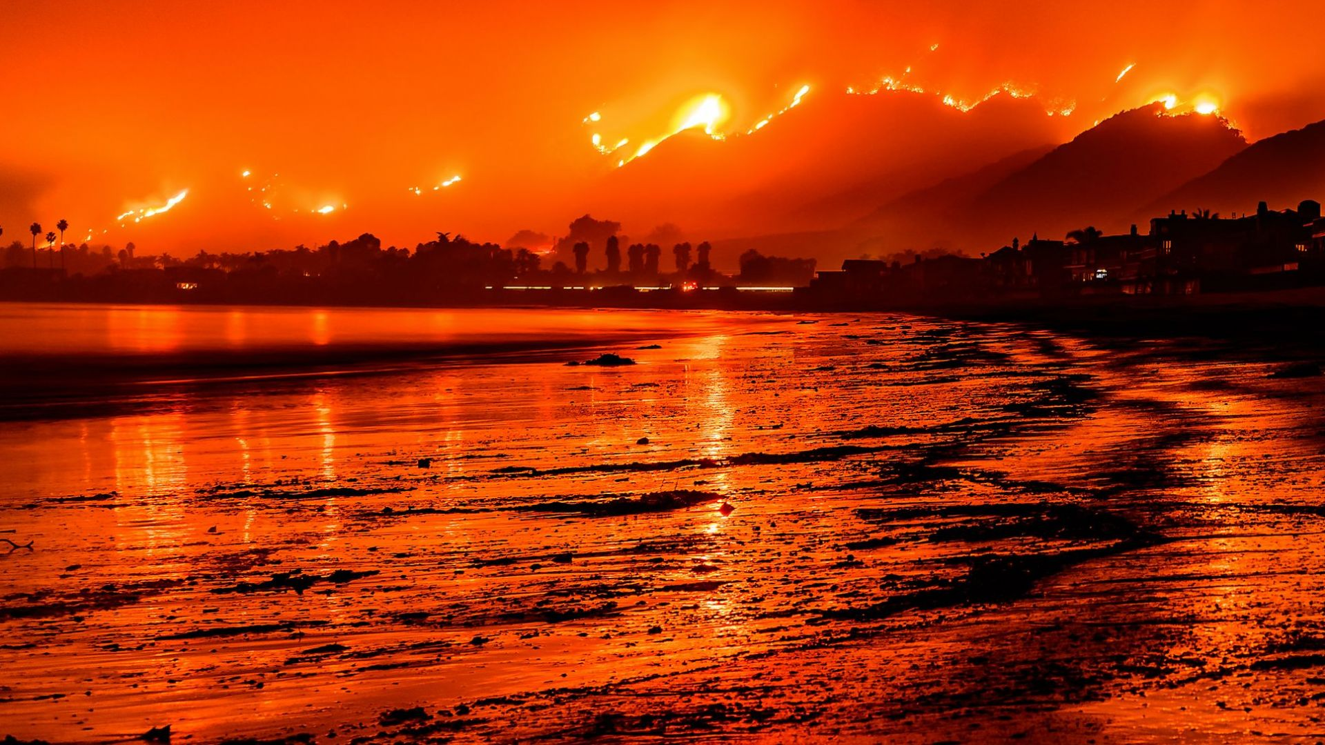 Огнен ад и в Индонезия: Над 8000 се борят със стихията