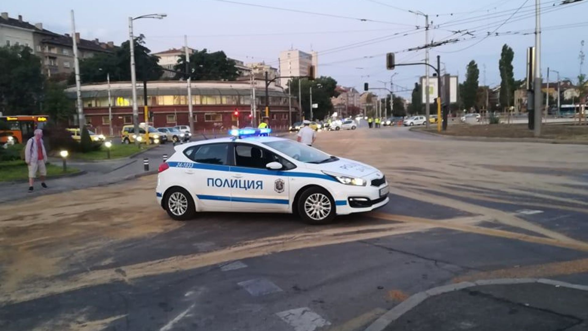 Камион разля 8 тона масло по улици в София и затвори за часове движението около Сточна гара (снимки)