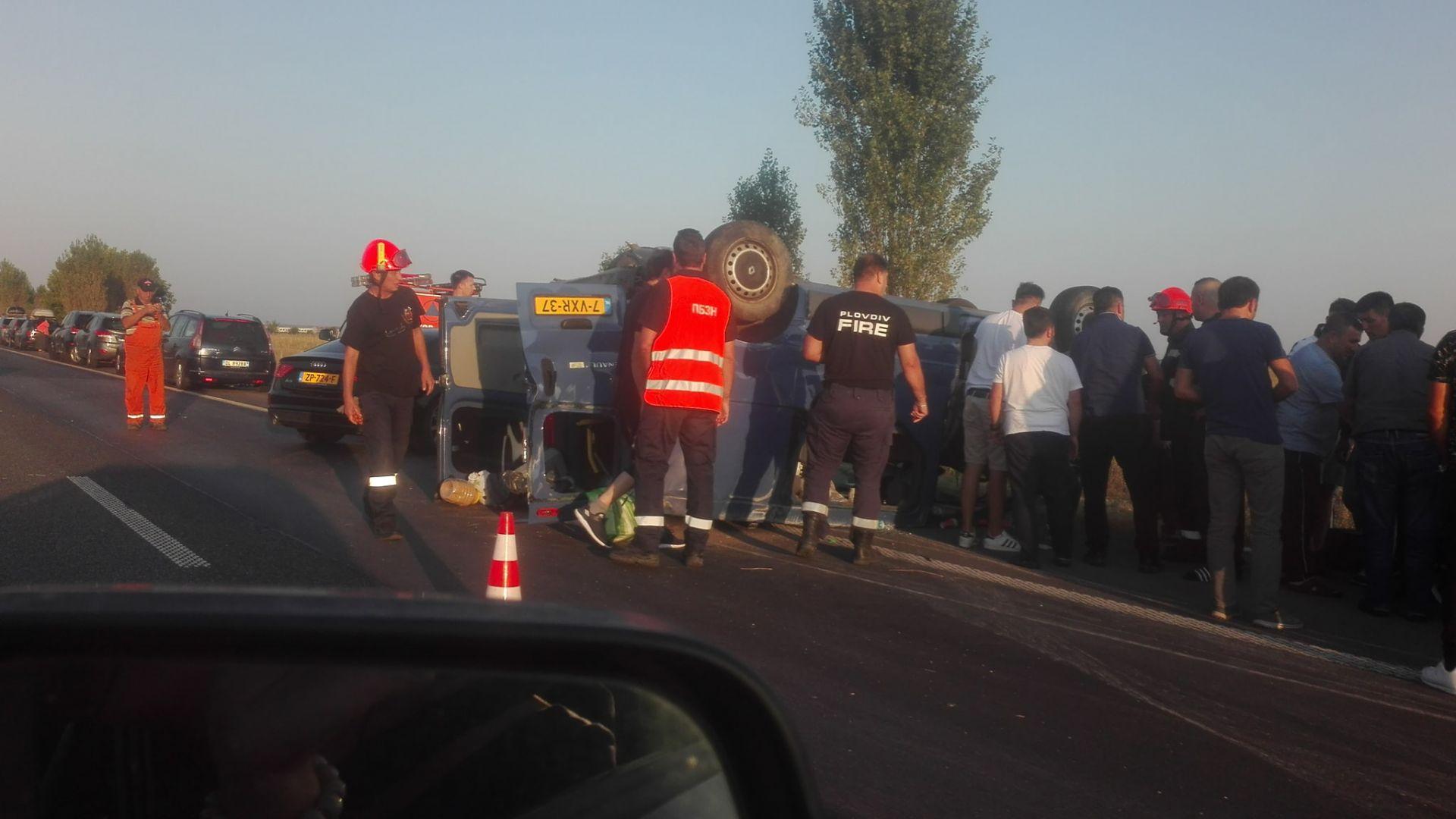 """Турски бус се преобърна на магистрала """"Тракия"""" край Пловдив"""