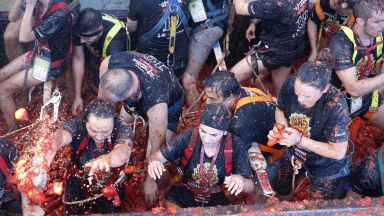 "Буньол потъна в доматен сок за фестивала ""Томатина"" (снимки)"