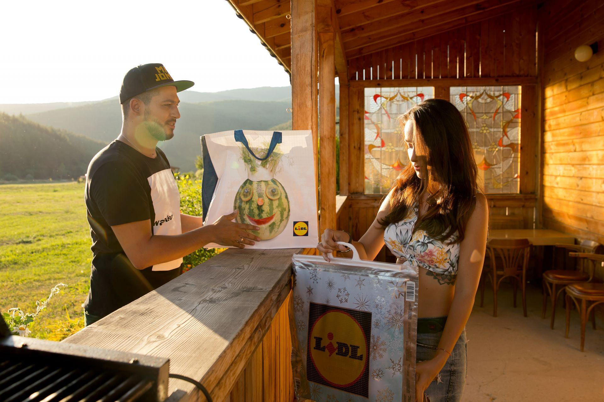 Деян и Рени пазаруват заедно и предпочитат грил с приятели пред скъп ресторант