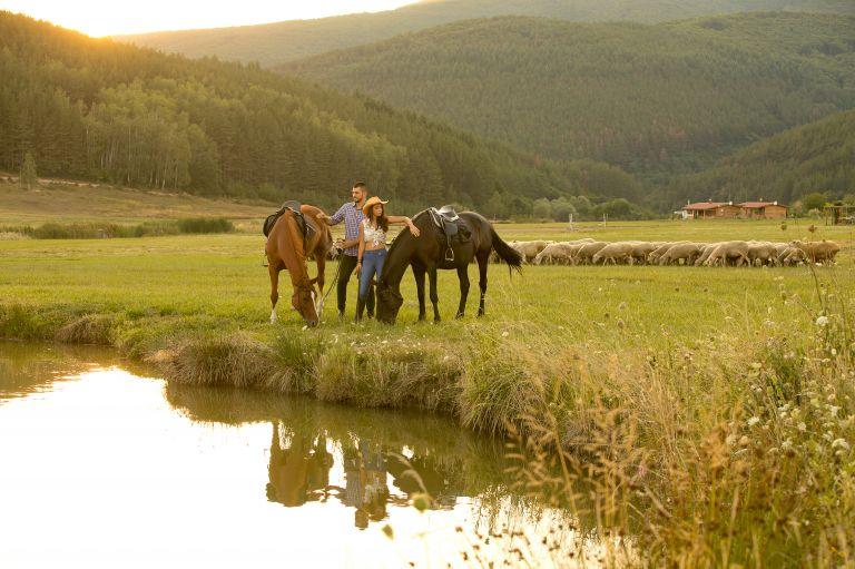 Тя язди от малка, той се качва за втори път на кон