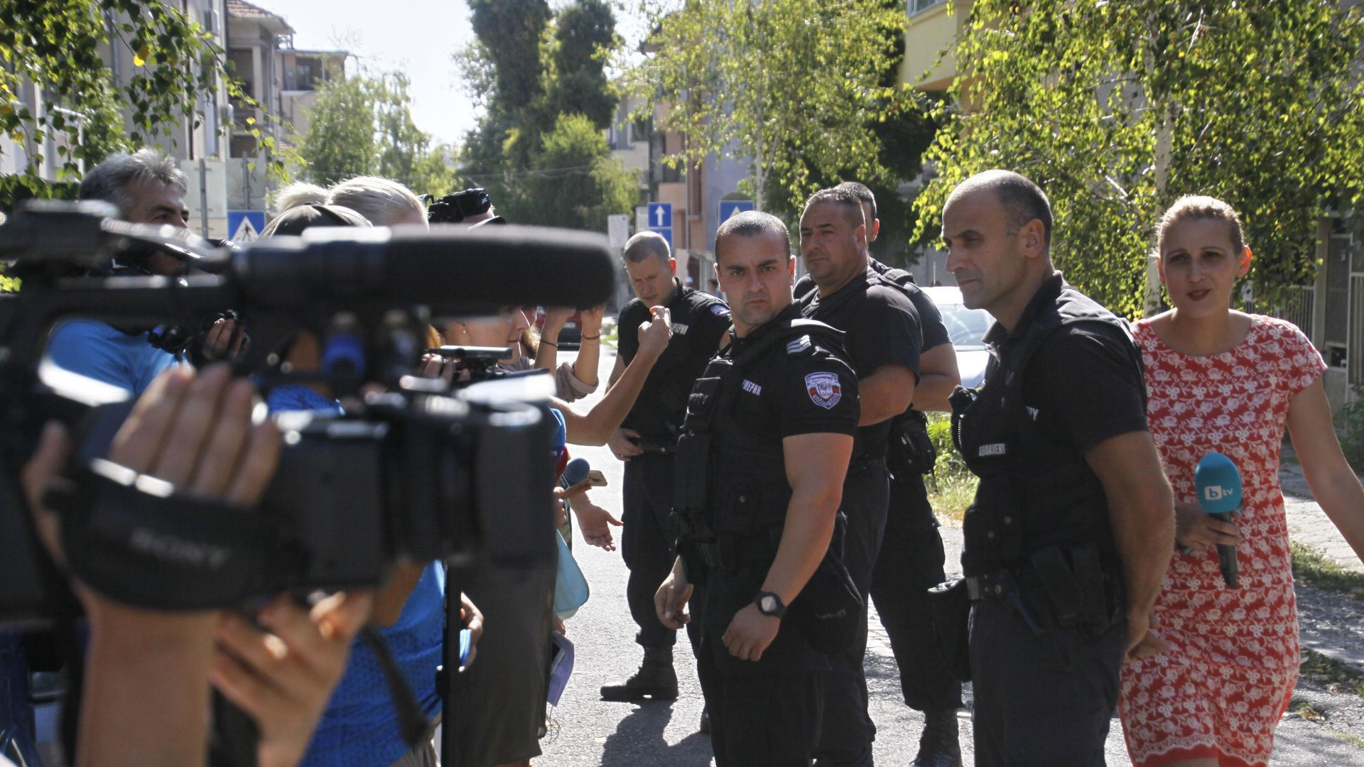 Антимафиоти изведоха през задния изход директора на БАБХ-Бургас