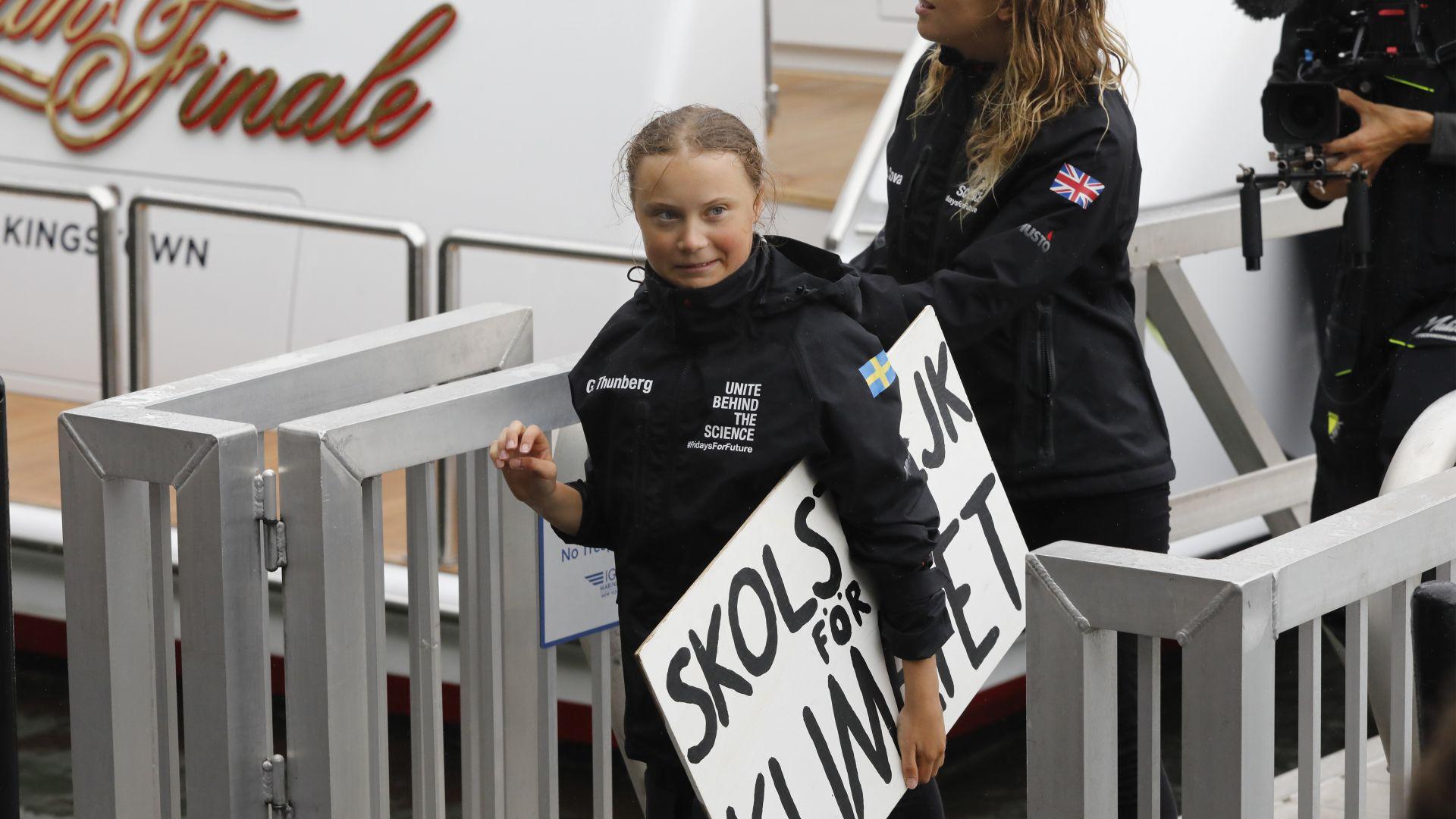 Грета Тумберг пристигна с яхтата си в Ню Йорк: Жалко, че Тръмп не слуша науката