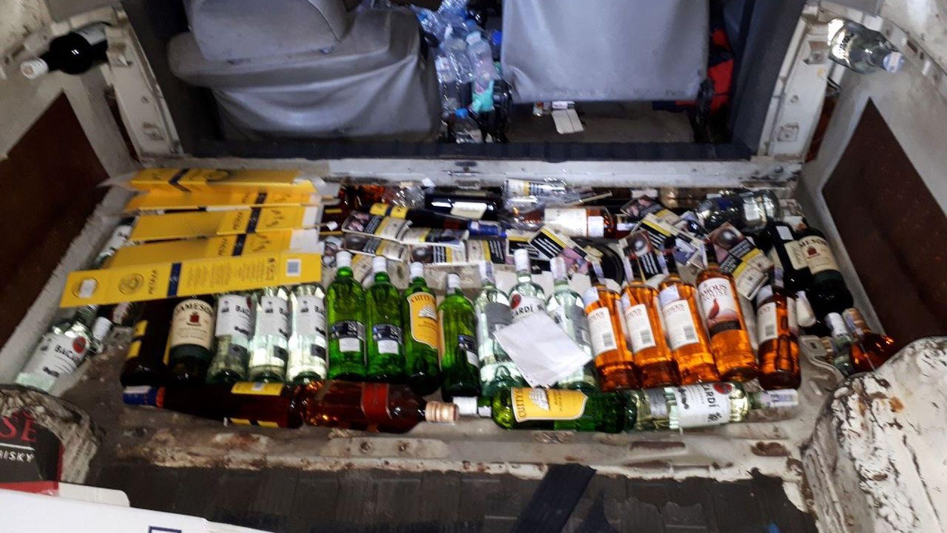Хванаха грък с контрабанден алкохол в двойно дъно на микробус (снимки)
