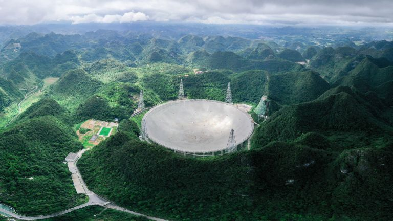 Радиотелескопът FAST в Китай е най-големият подобен уред на Земята