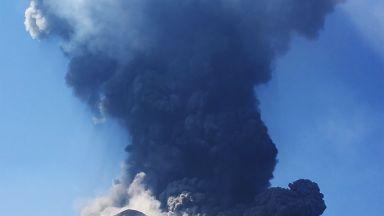 Туристи заснеха драматични кадри от вулкана Стромболи (видео)