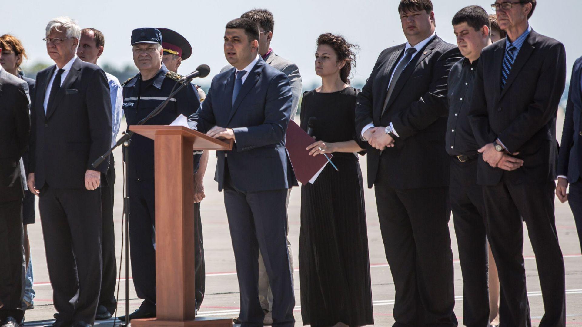 Украинският премиер подаде оставка, Зеленски предложи Хончарук