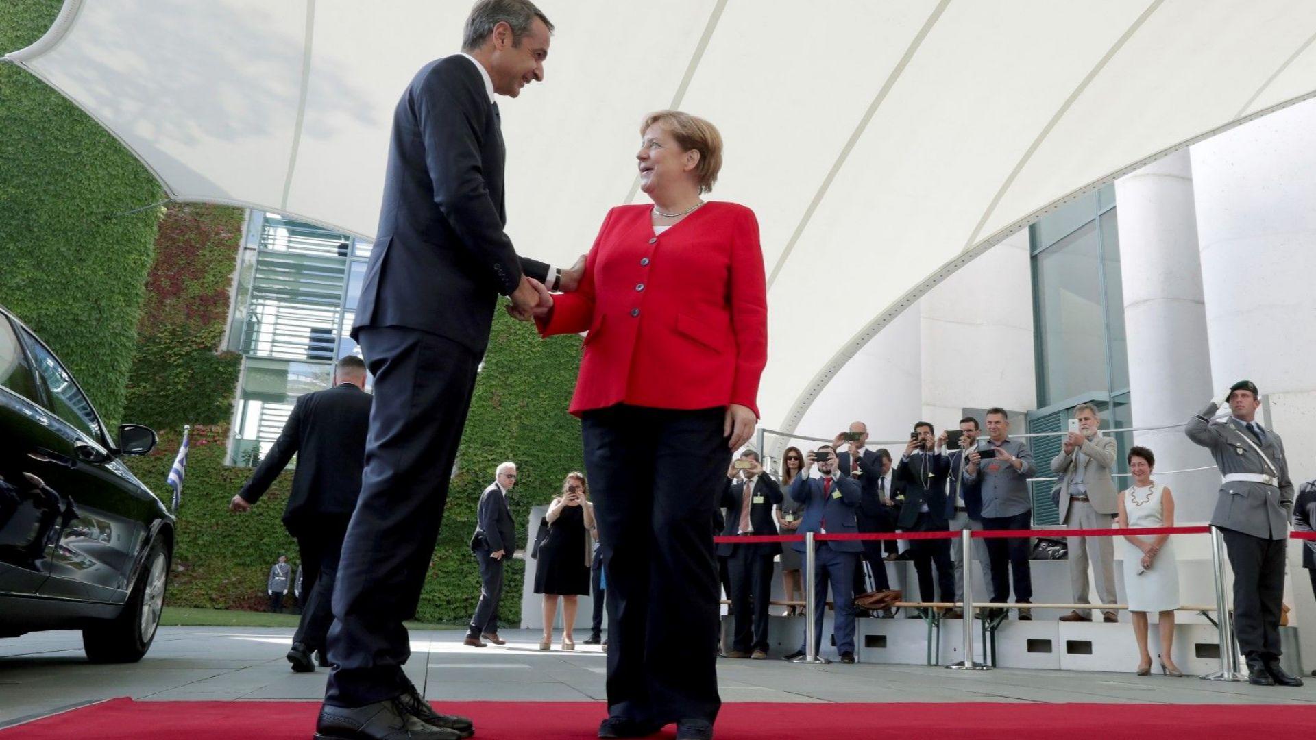 Гръцкият премиер уведоми Меркел за желанието си да възобнови преговорите за дълга с кредиторите