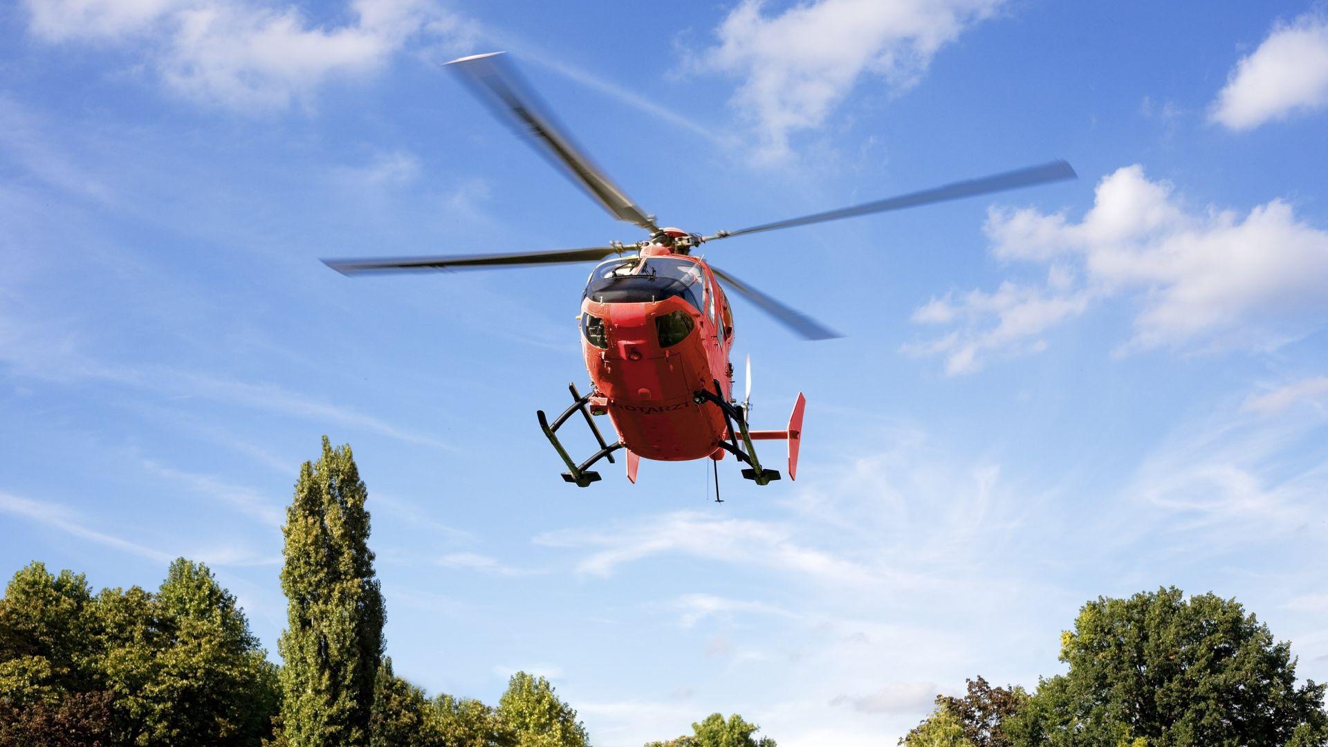 Спасителен хеликоптер се блъсна в електропровод в Германия