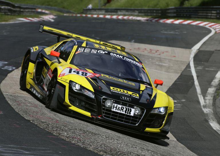 """Кадри от 24-часовото състезание  на прочутата немска писта """"Нюрбургринг"""""""