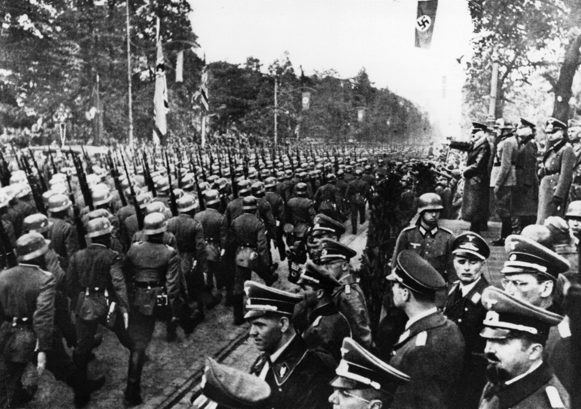 5 октомври 1939 г .: германски парад пред Адолф Хитлер (1889 - 1945) и нацистки генерали след влизане във Варшава