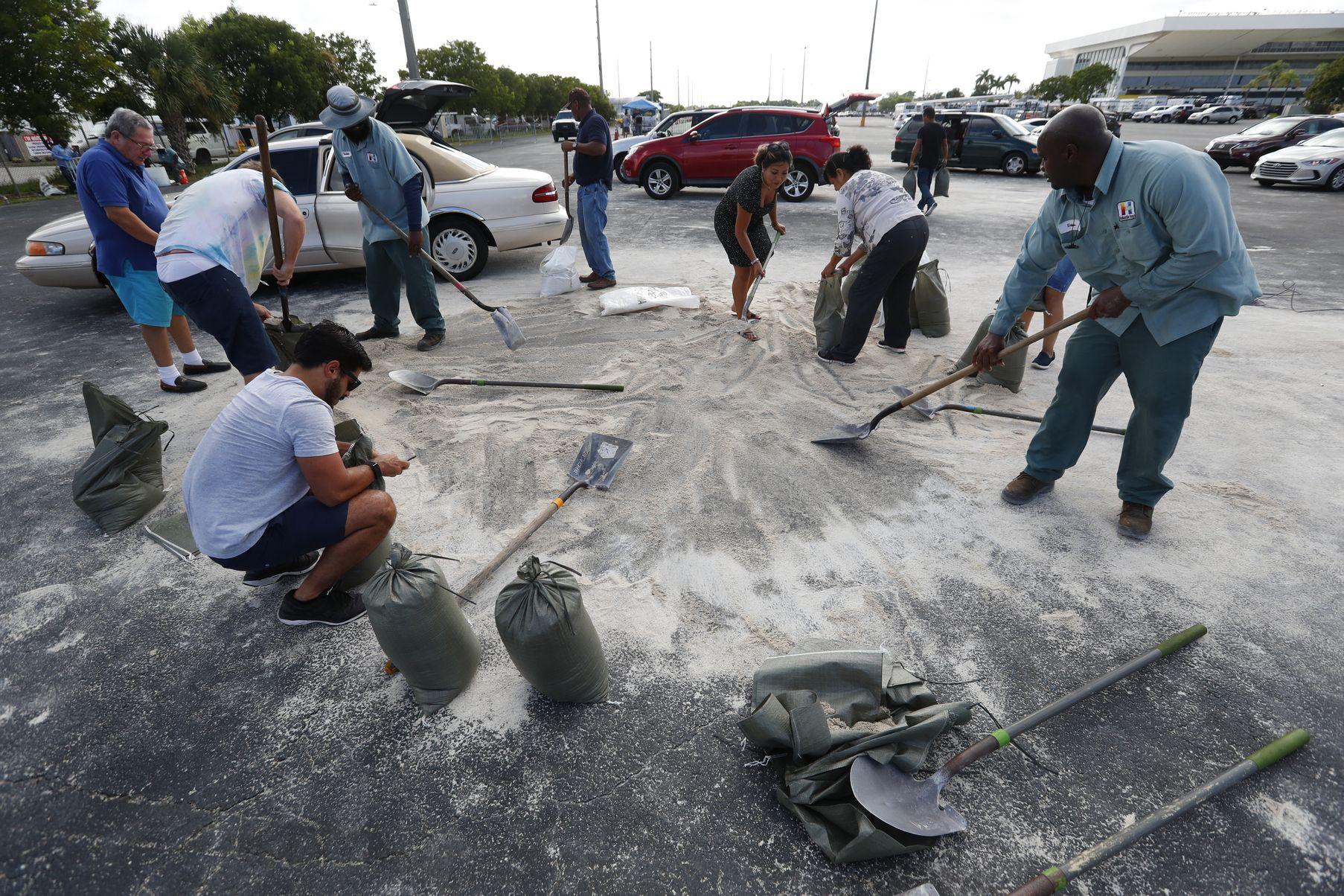 Жители на Флорида пълнят торби с пясък за посрещане на урагана Дориан