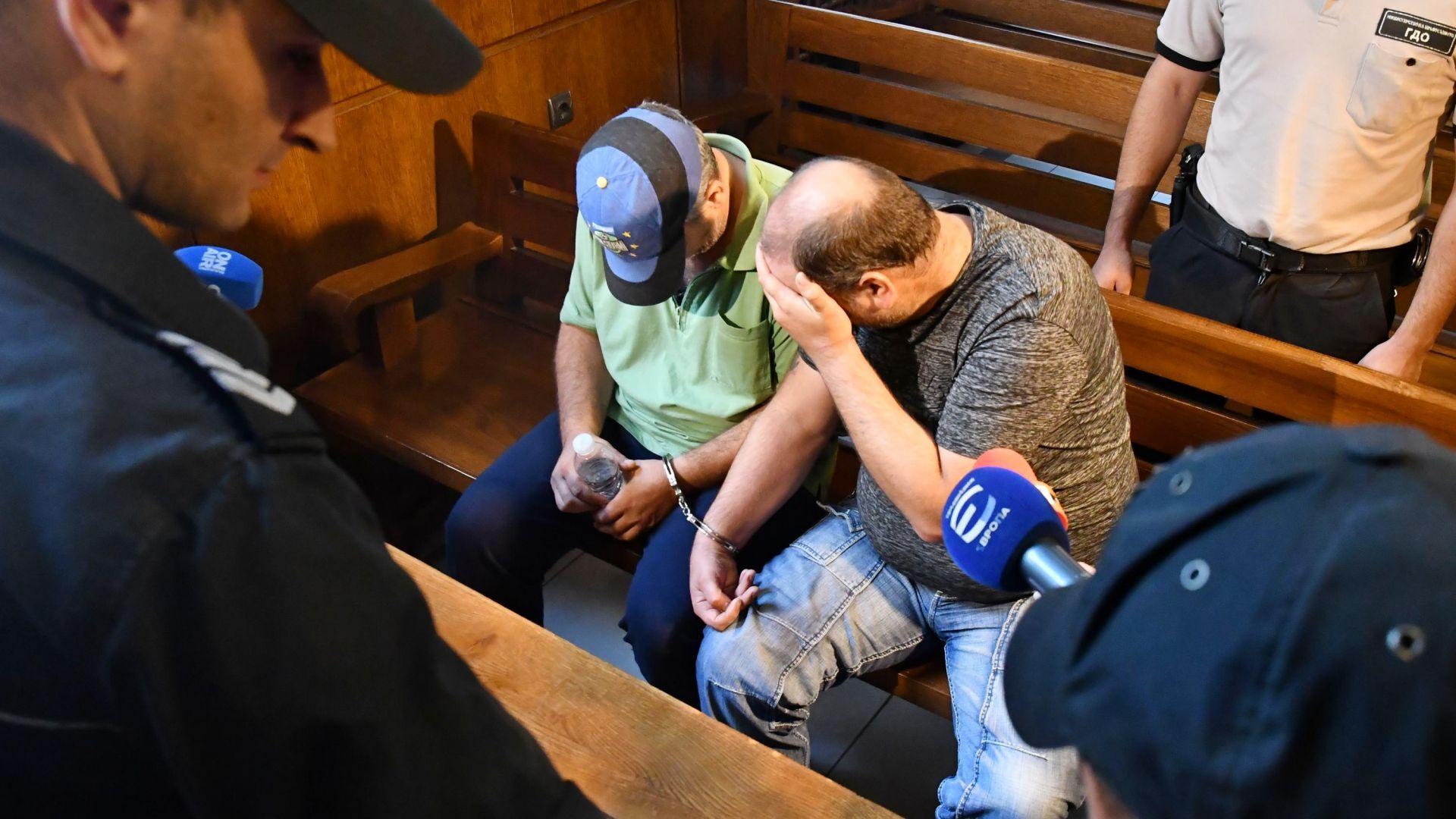 Обвинените за труповете край Негован ремонтирали домове на телефонни измамници