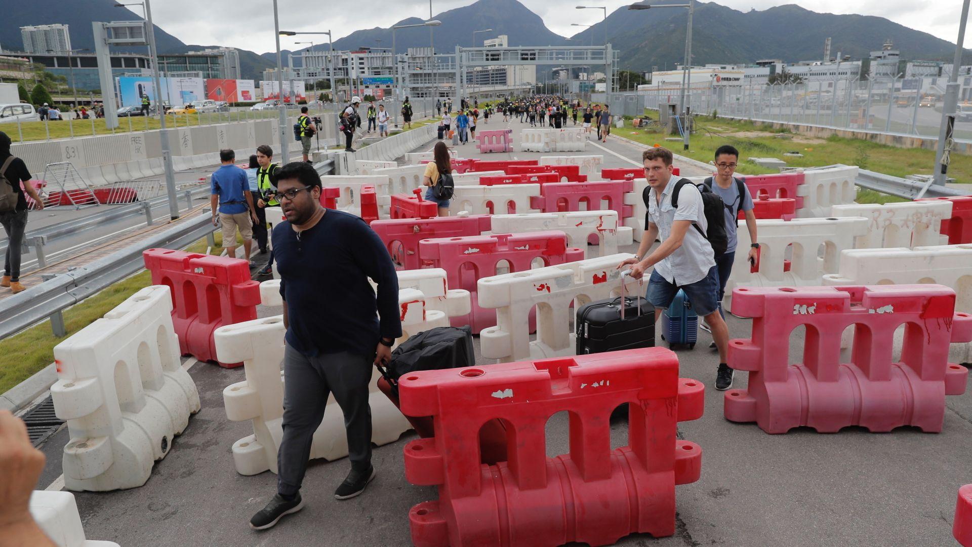 Хонконг спря експреса към летището заради опасност от саботажи