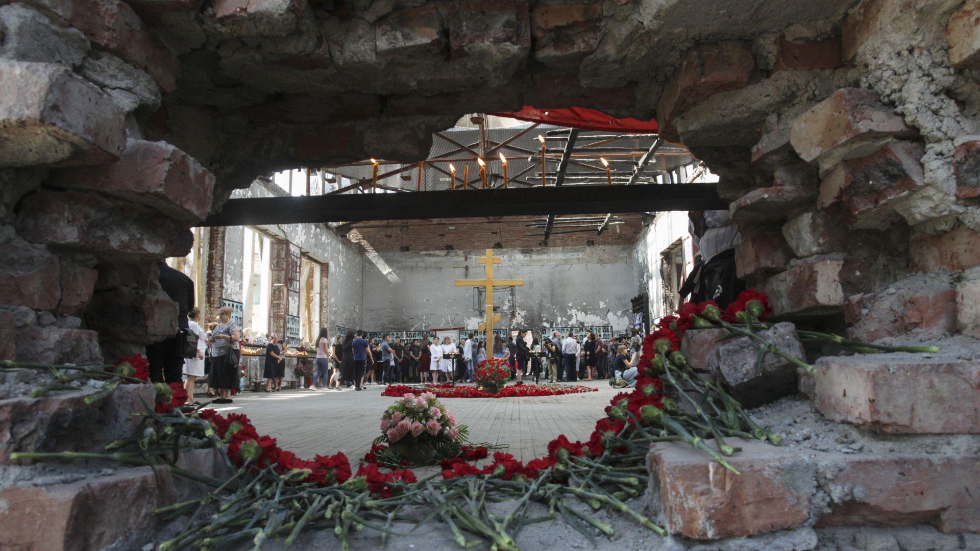 Хиляди почетоха паметта на жертвите в училището в Беслан (снимки)