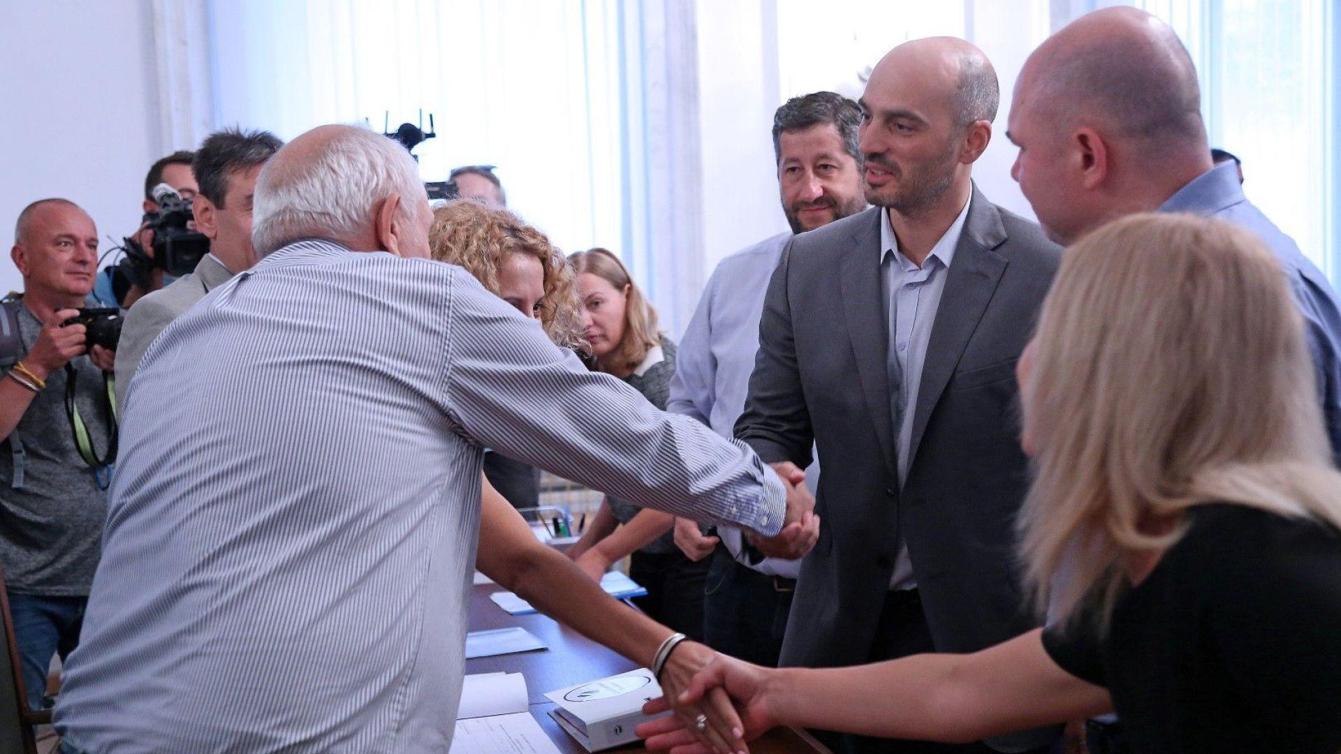 """С 5400 подписа: """"Демократична България"""" също се регистрира в ЦИК"""