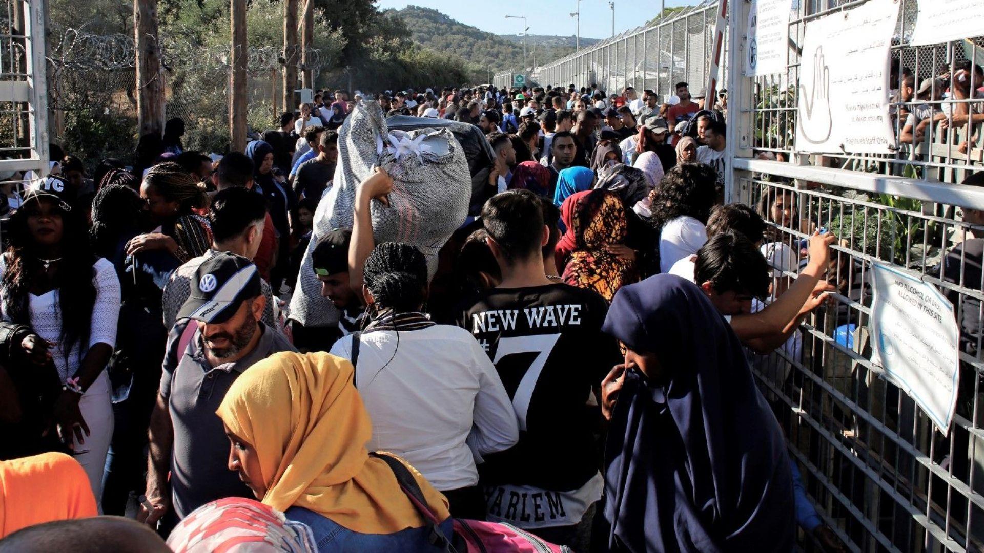 На гръцкия остров Лесбос бежанците от препълнения лагер Мория се