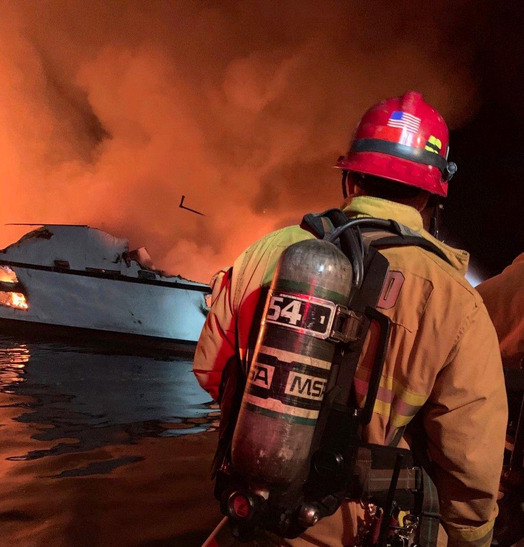 Огънят постоянно се разпалва, спасителните екипи не могат да стигнат до лодката