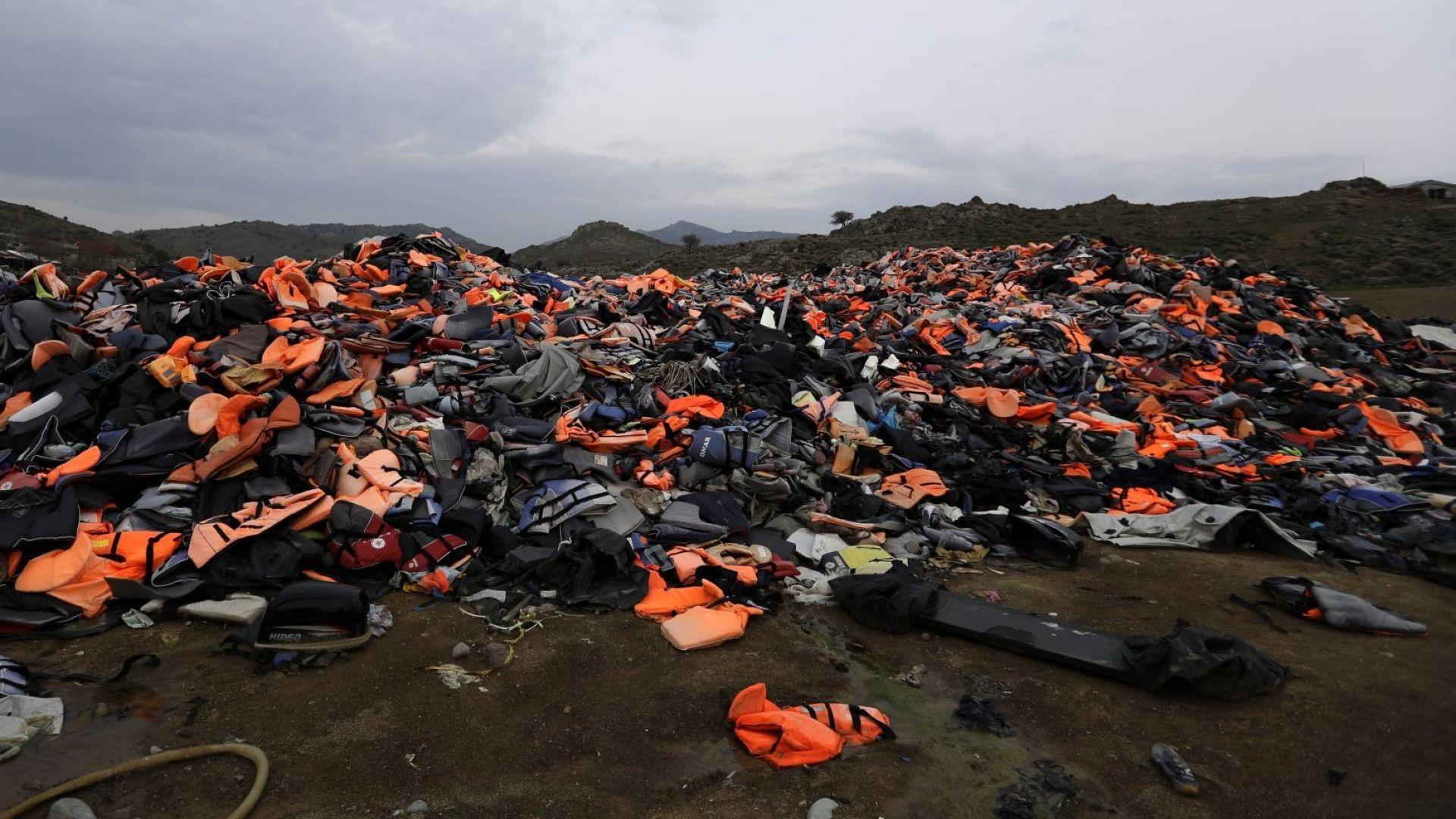 Снимка: Започна прехвърляне на близо 1500 бежанци от гръцкия остров Лесбос към континента