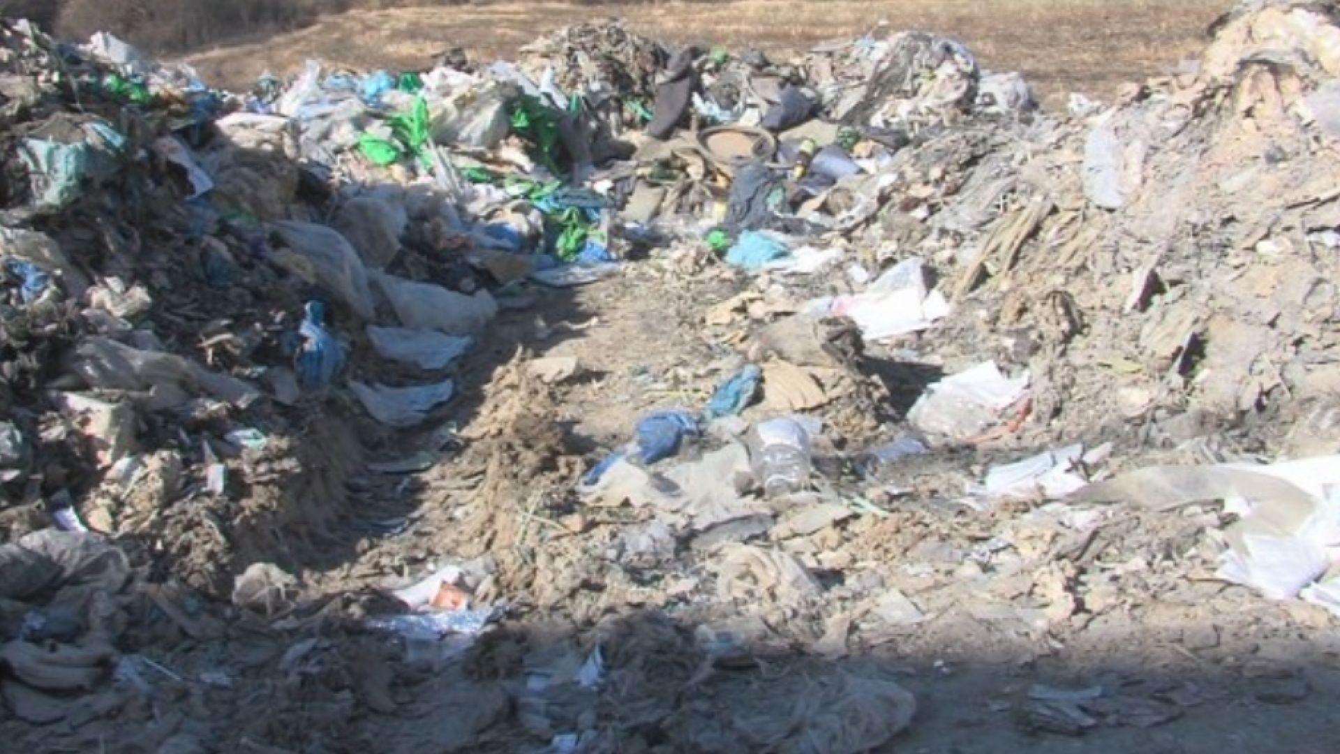 """Изсипват нови отпадъци под """"Струма"""", докато извозват останалите след пожара"""