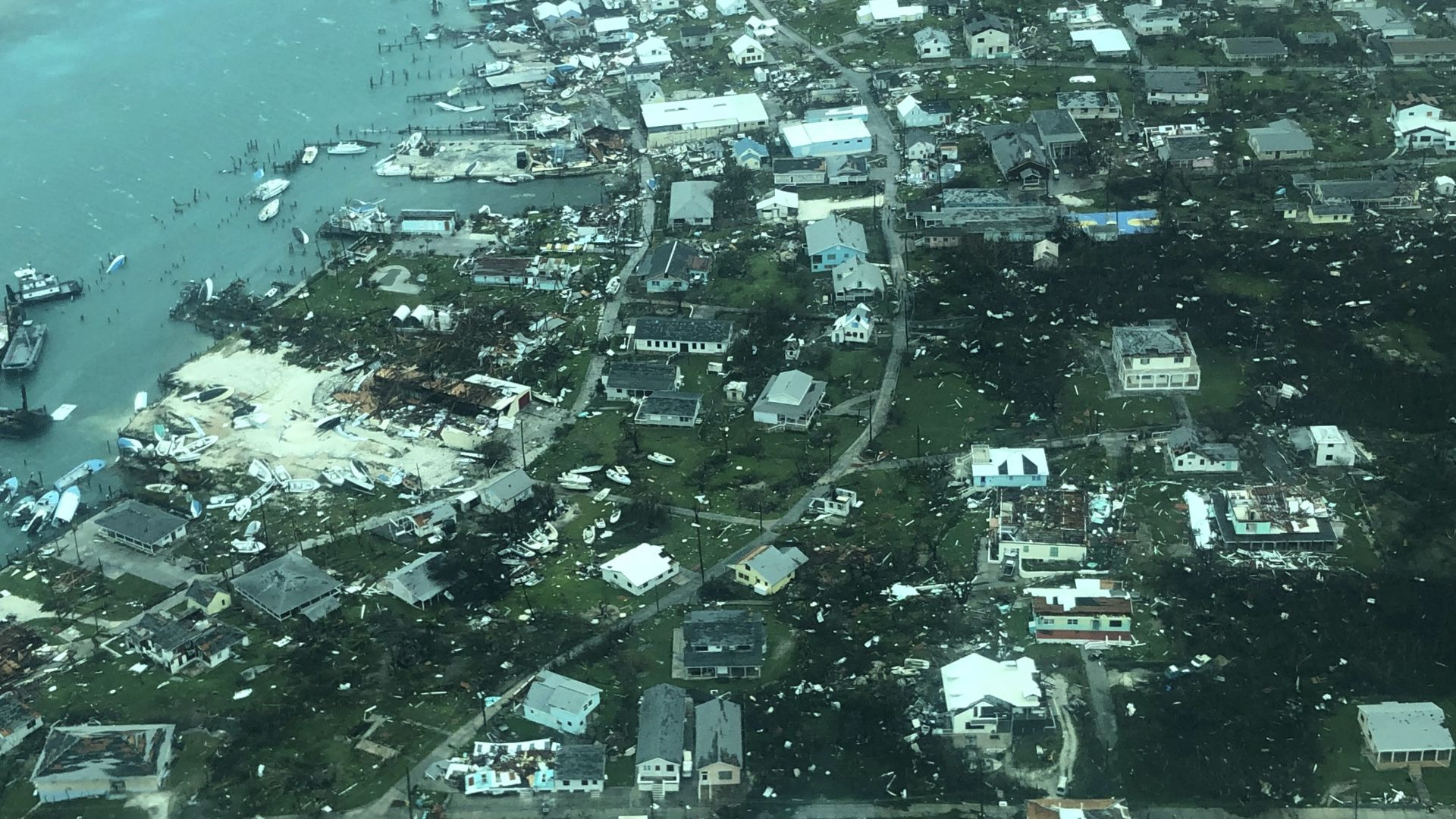 43 са жертвите на урагана Дориан на Бахамите, и Канада обяви тревога