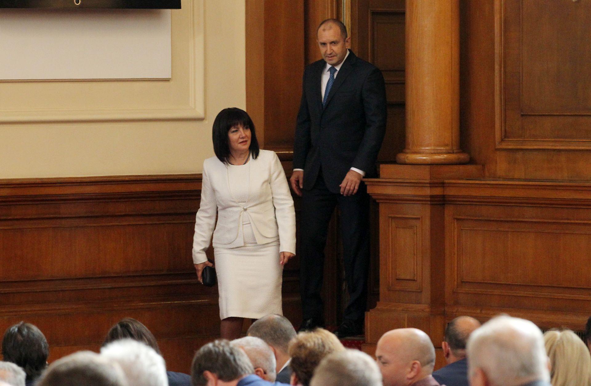 Цвета Караянчева и Румен Радев влязоха заедно в парламентарната зала