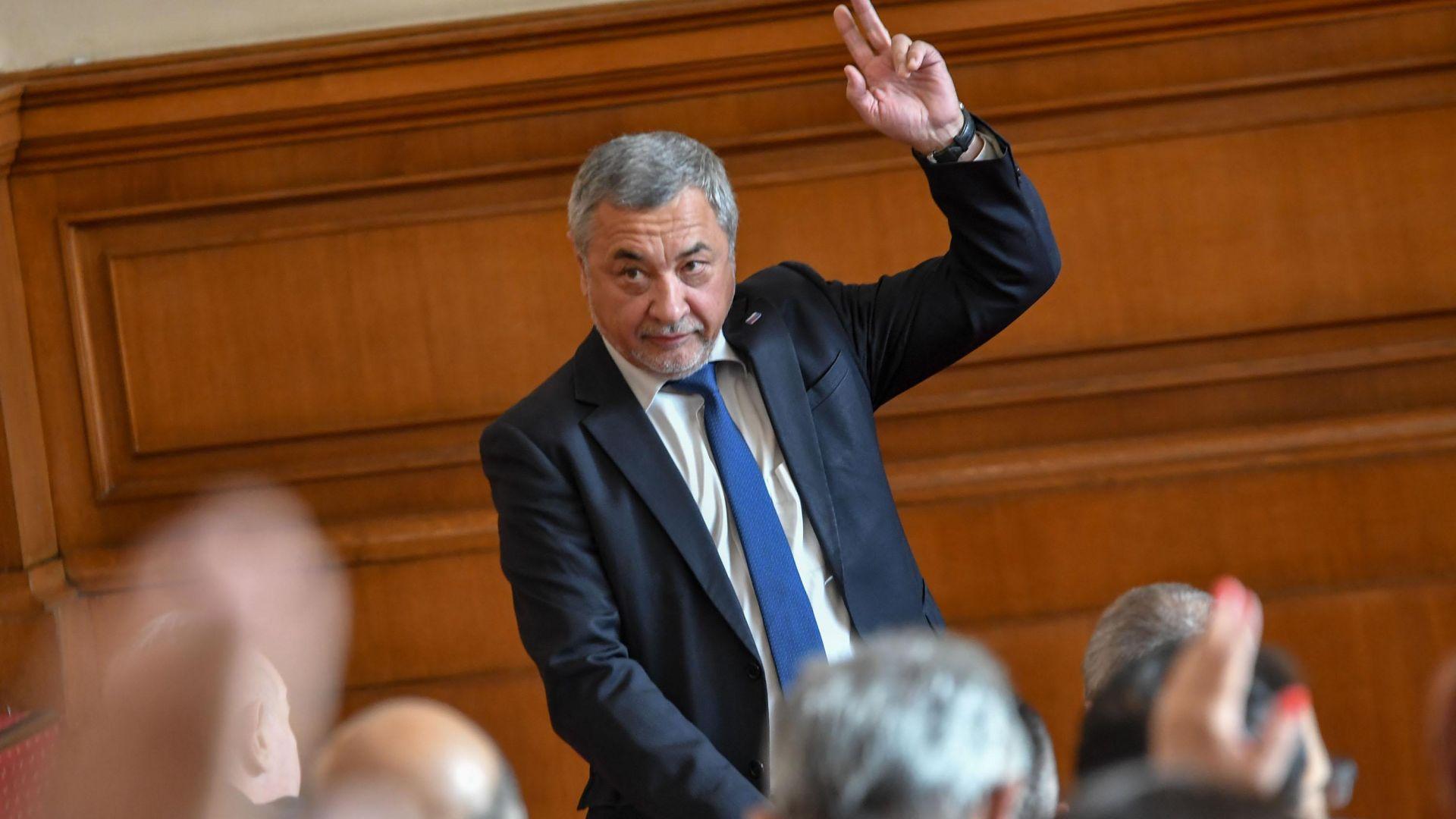 Симеонов обвини Божков, че платил протестите срещу Гешев и вота за Манолова, тя ще го съди