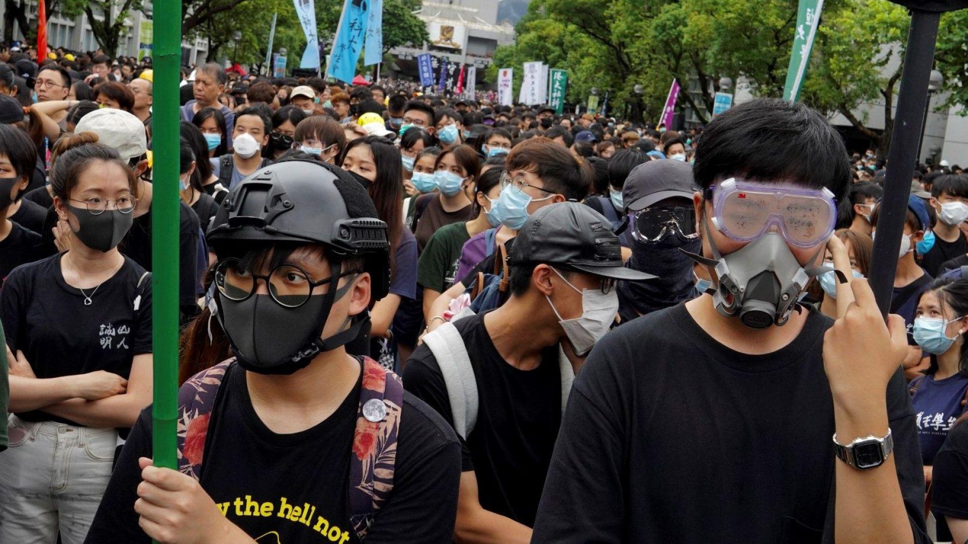 Хонконг отстъпи пред демонстрантите, но лавината от протести няма да спре