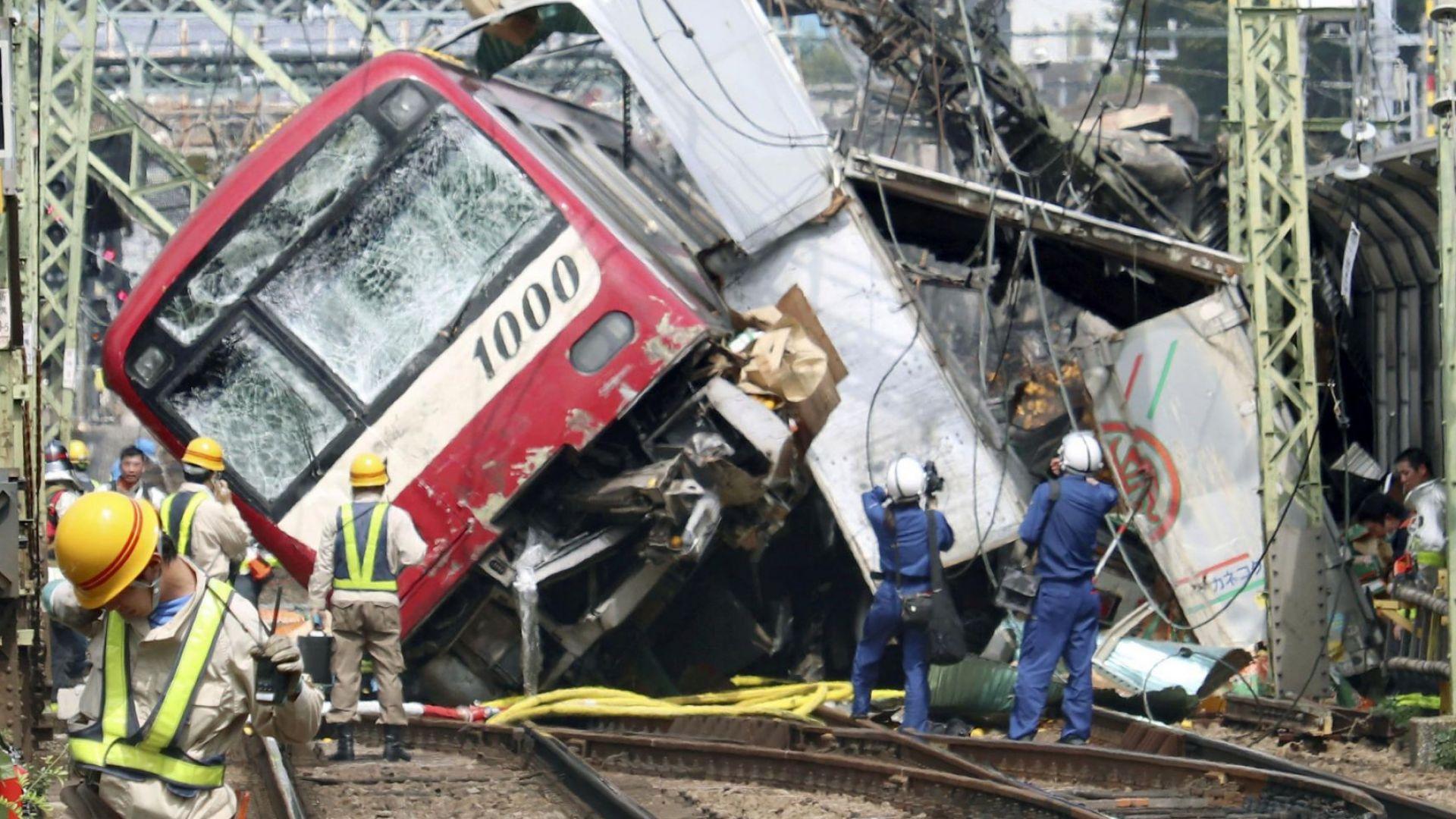 Десетки ранени след сблъсък между влак и камион в Япония (снимки и видео)
