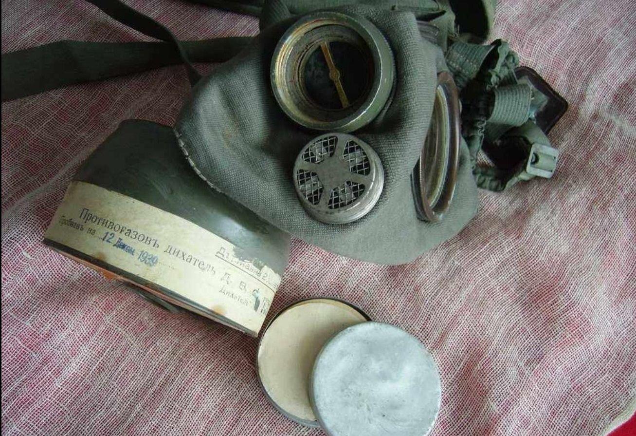 """Български противогаз, но не масов ,,от казармата"""", а произведен в по времето в края на 30-те г. от Държавната военна фабрика в Казанлък. Дихателят му така и никога не е употребяван и носи ,,дата на проверка – 12 Декем. 1939"""""""