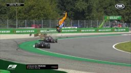 Нов страховит удар във Формулата: Пилот полетя на 10 метра, но е невредим