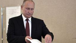 Путин гласува за непознат кандидат, надявал се да е почтен (снимки)