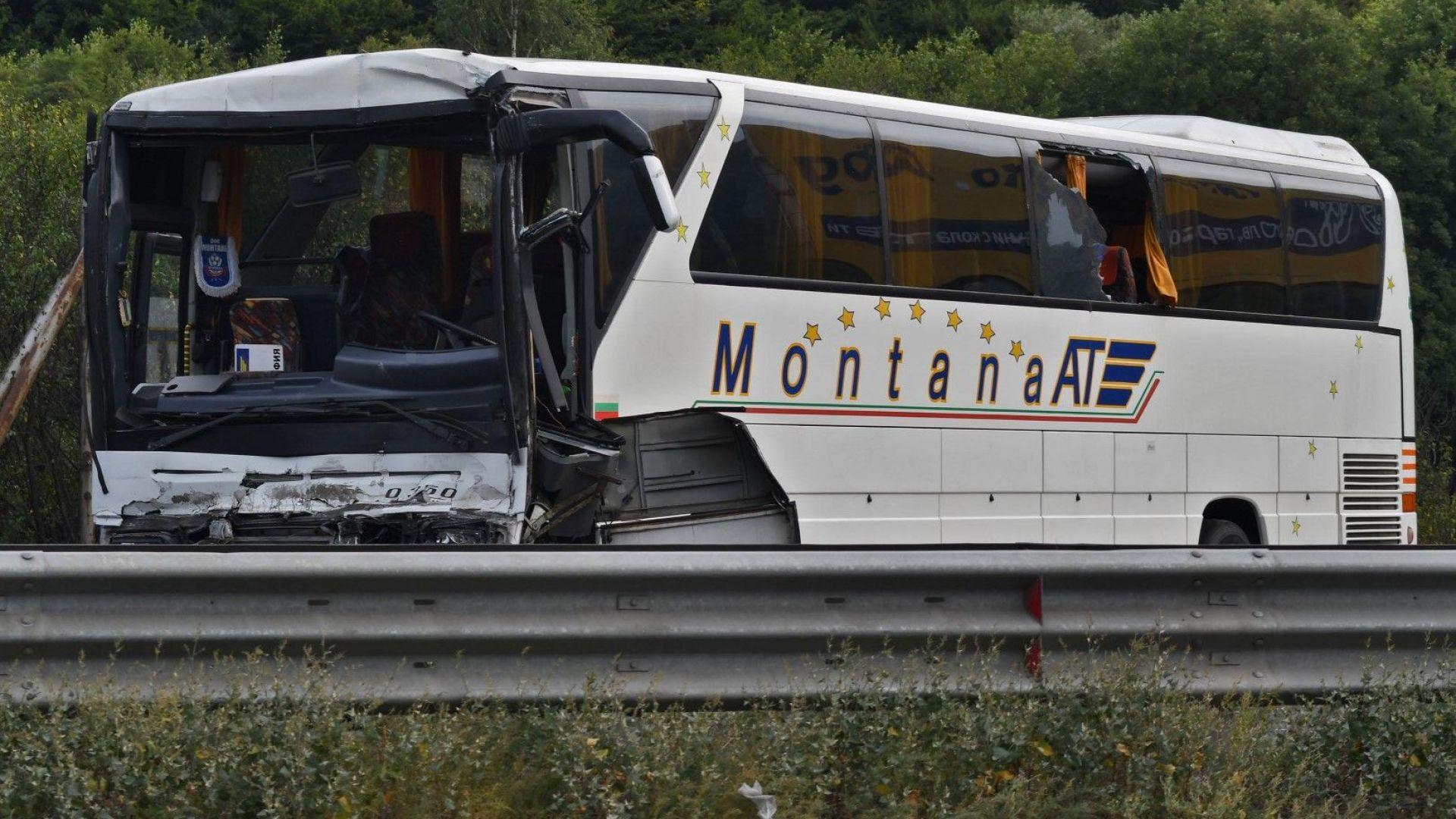 """Автобус се удари в спрял в аварийната лента тир на """"Хемус"""", 8 души са в болница"""