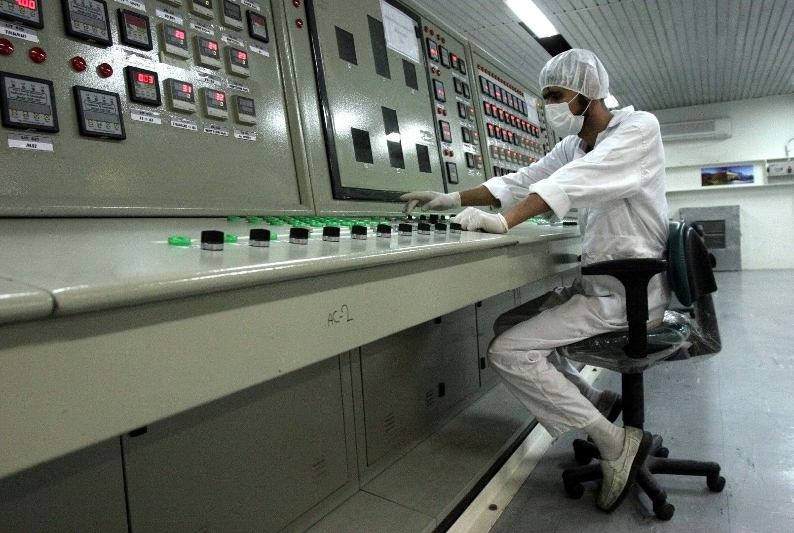 Специалист в ядрения комплекс за обогатяване на уран край град Исфахан, снимка от 2007 г.