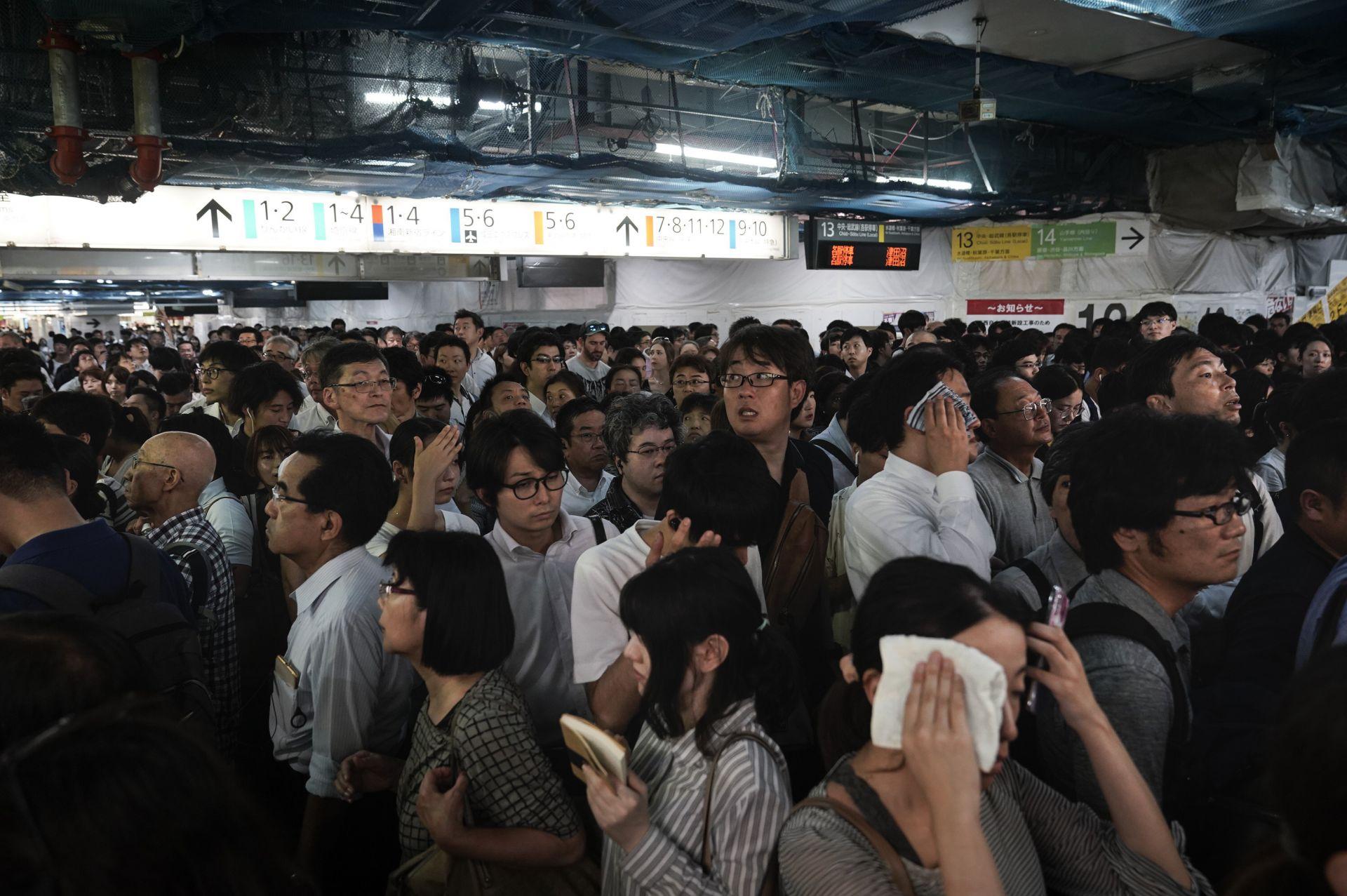Хиляди все още се опитват да стигнат до работните си места.