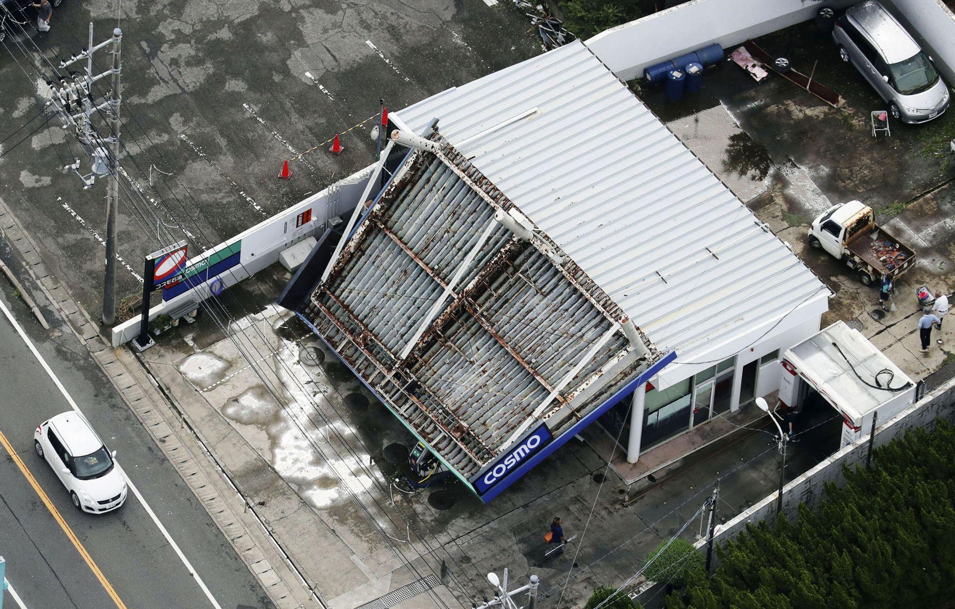 Срутил се голям покрив на бензиностанция в Татеяма, южно от Токио