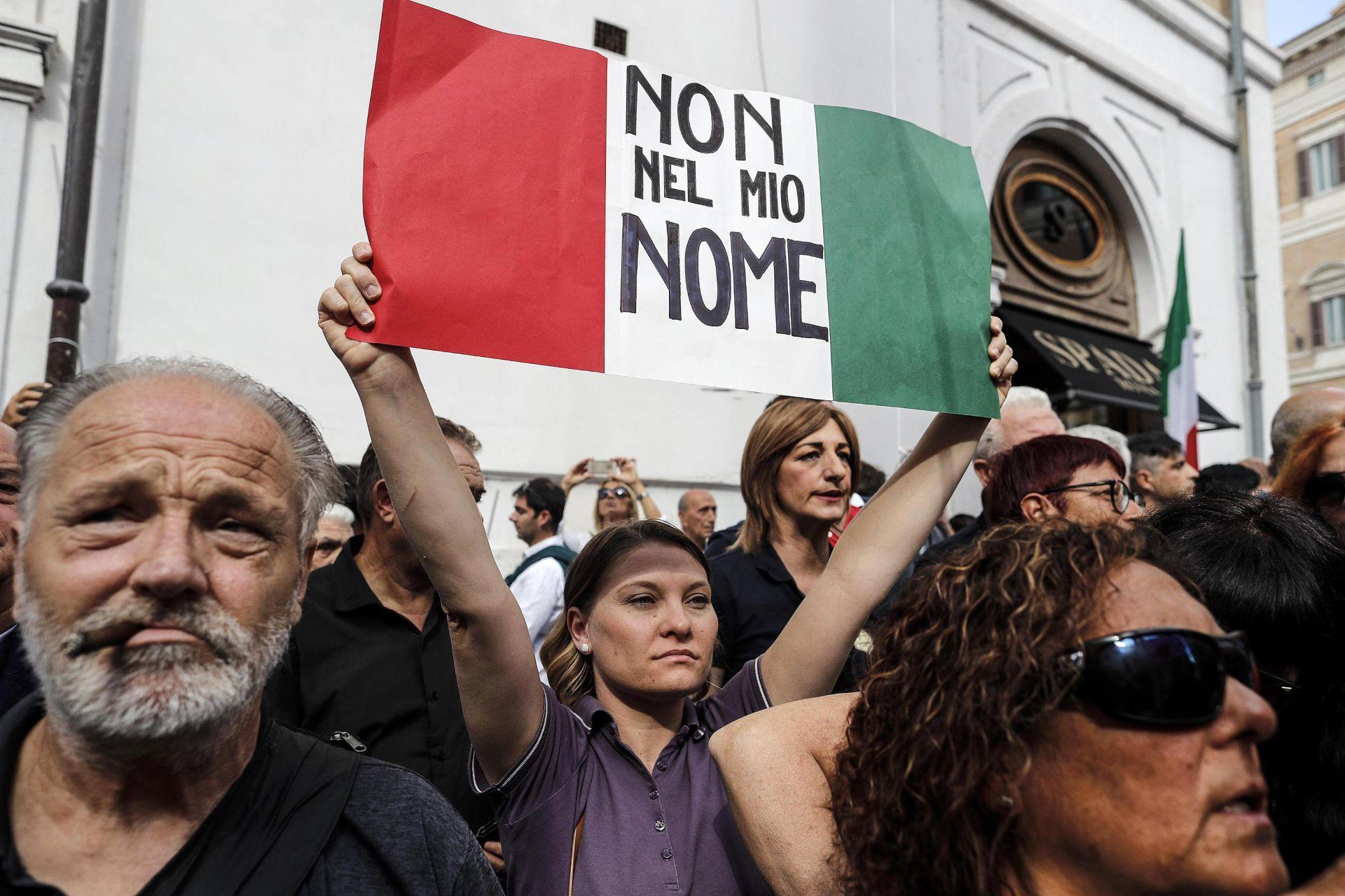 """""""Лигата"""" и по-малка крайнодясна партия """"Италиански братя"""" протестираха пред парламента"""