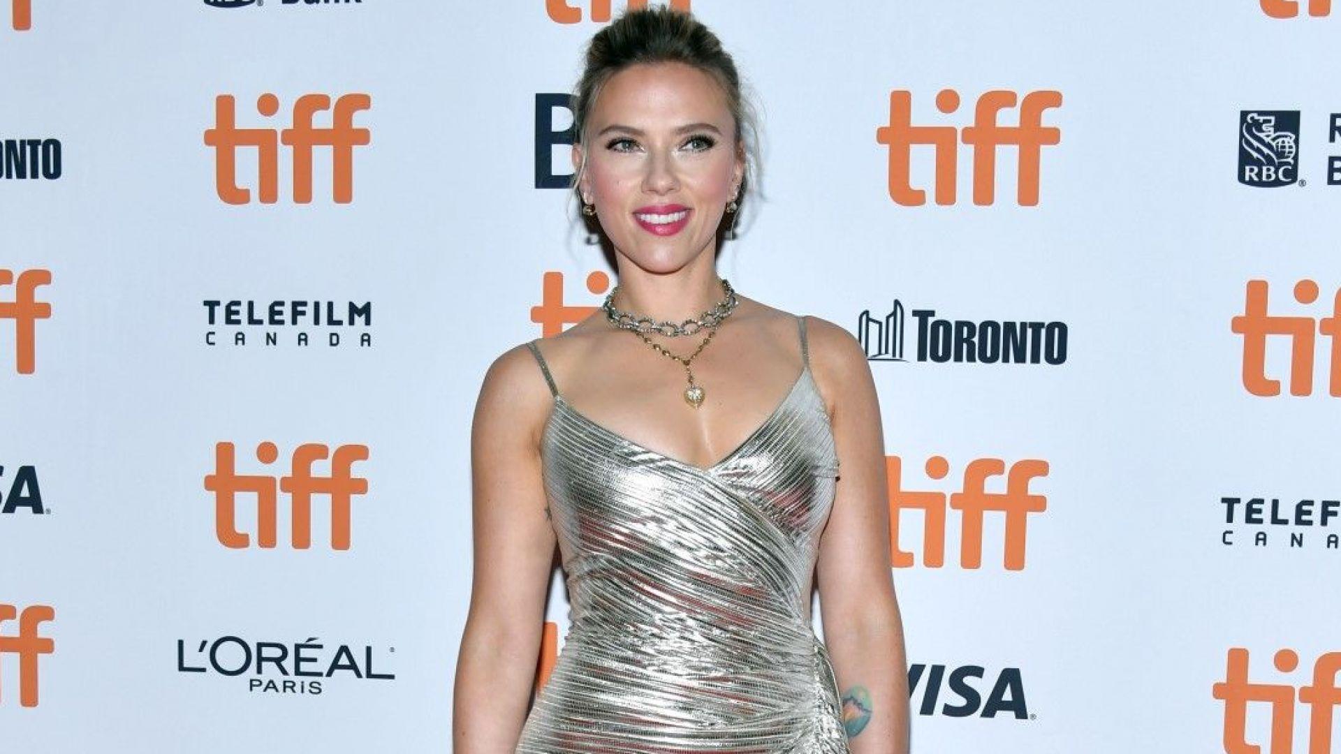 Скарлет Йохансон неотразима и секси в сребриста рокля на премиера