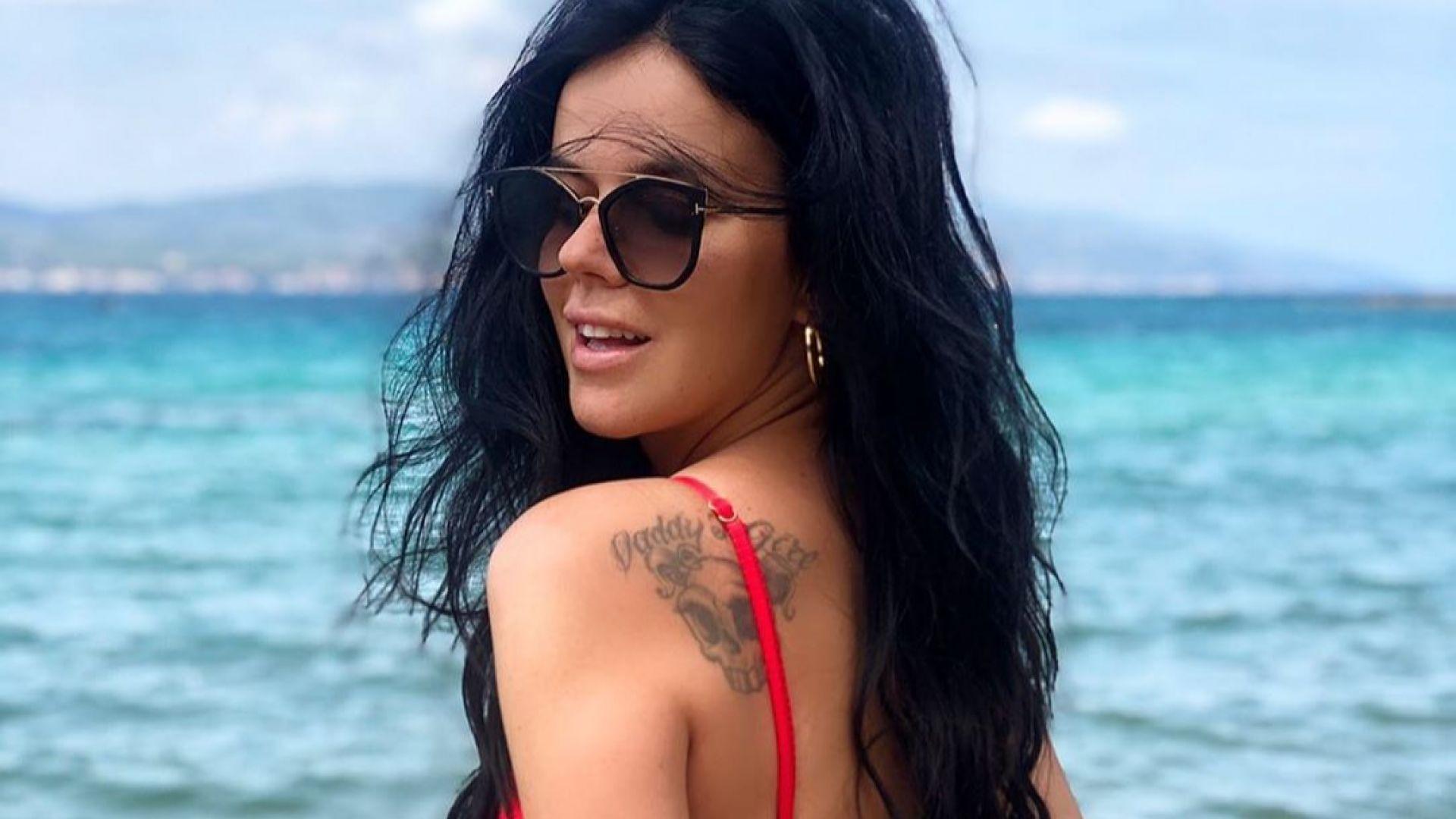 Мона избра червено за летните си преживявания в Гърция