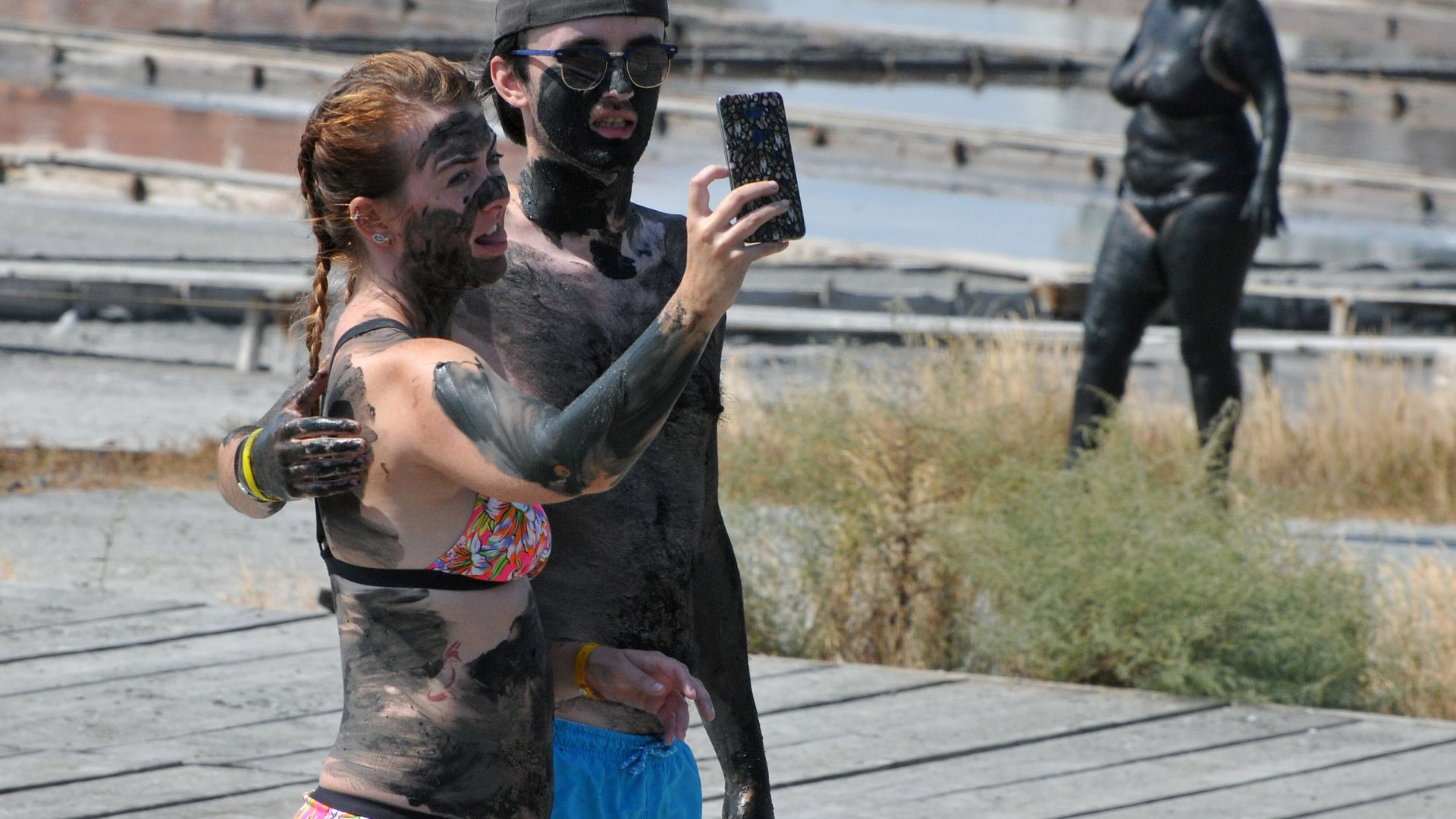 Десетки туристи се лекуват с кал на Поморийското езеро